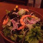 Salada com camarão e manga