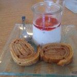 Roulé et yaourt au soja et coulis framboise