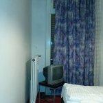 Gardinen, Fernseher und Bett