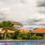 Parte de las piscina y de las villas que le rodean