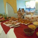 Parte del ricco buffet della colazione