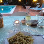 cena con prodotti tipici e porzioni abbondanti