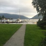 Et fint hotell som ligger fantastisk til med fjorden. Hotellet har restaurant, men er været fint