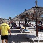 la plage, cet homme à 30 ans d'expérience dans le domaine du tourisme