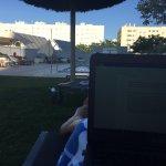 Relajar mientras trabajar en la piscina gracias a la wifi gratis!