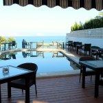 el restaurante y la piscina y el fondo el mar