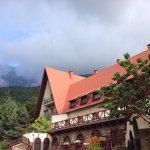Поляна Сказок прикольный отель, в Альпийском стиле.Вид на горы, это вид из окна корпуса на фото.