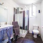 salle de bain avec douche multi jets