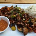 Rosa gebratene und marinierte Roastbeefstreifen vom argentinischen Premium-Beef mit Sommergemüse