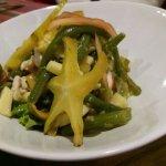 salade de lambis marinés, caramboles et pommes