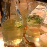 Eistee grüner Tee mit Frischer Minze und Limetten und Holundersaft
