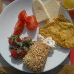 Грузинский завтрак на солнечной террасе.