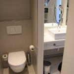 Rechts das separate Waschbecken. Links wäre die Badewanne mit Dusche.