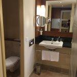 Zimmer mit offenem Dusch und Waschbereich