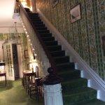 Le majestueux escalier donne accès aux chambres du haut. Cette photo donne une idée du style.