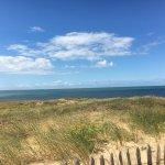 La plage est est à 15 minutes à pied en traversant la pinède, la piscine extérieure est très jol