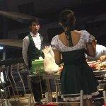 従業員の人たち。ドイツビールのマイクロブルワリーレストランらしく制服がドイツの民族衣装を意識しています。