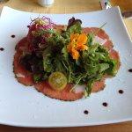 Die Vorspeise: Carpaccio, hauchdünn geschnitten