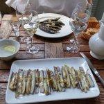 Couteaux et sardines grillées
