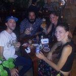 Encuentro de amigos en el patio del club de la cerveza