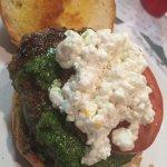 Pesto & geitost burger med blåbærøl!