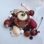 Dessert von Schokolade und Herzkirschen