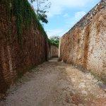 dinding batu kapur akses menuju pantai