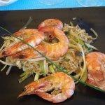 crevettes au Wok sur un lit de légumes sautées