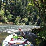 Guide getting raft secured on Umpqua