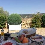 Tomando el desayuno en la terraza