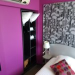 Chambre moderne avec supplément coussins couverture et drap de bain. Bien vu