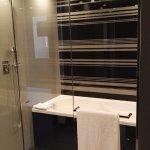 Bañera de hidromasaje y las dos duchas.