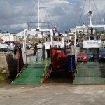 """Le port et ses """"ferries"""" à 150 mètres du restaurant"""