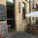 Entrada al restaurante Badiana Tapas en la Plaza de la Leña (Pontevedra)