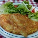 Tortilla de patatas con ensalada , 1°plato del menú del día