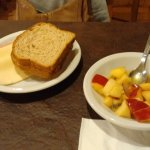 desayuno buffet con frutas, fiambres, panes, dulces,yogur, cafe, panceta y salchichas
