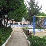 Пигале. Вид на детскую площадку,бассейн и столовую