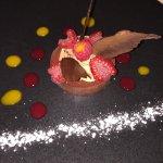 Croustillant au chocolat et fruit rouge et cuisse de lapin rôti a l'huile d'olive et ses petits