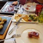 Los entrantes: plato de ibéricos, croquetas y paté de cabracho