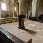 Altare maggiore, sul fondo si vede la discesa alla cripta