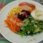 Poulet grillé , salade chef et assiette crudité