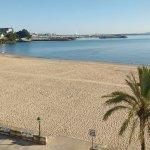 Desde la habitación se ve el gran arenal de Santa Cristina y el muelle de La Coruña.