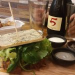 Sandwich de mechada de cabrito en tortilla de rescoldo.