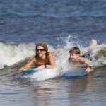 Beaucoup de plaisir à jouer dans les vagues!
