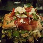 salmon con salteado de vegetales.