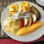 Assiette de fruits au petit-déjeuner