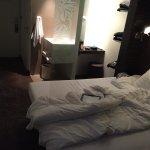 Kleines funktionales Zimmer, sehr sauber und mit Klimaanlage ausgestattet. Ruhige Lage im 4. Sto