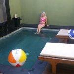 Der Pool mit Wasserspielen auf der Seite