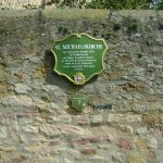 Schild an der Kirchenmauer