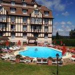 Très belle piscine extérieure avec grande pelouse et terrain de jeu en retrait